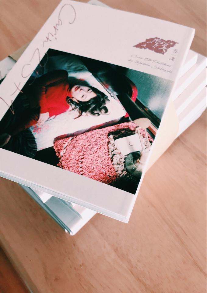 クラウドファウンディングで出版したという柴崎まどかの最新写真集。小さくて手のひらに収まりやすいサイズ。