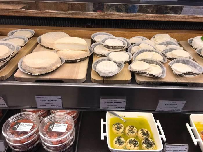 チーズのお店でフランス産のチーズを購入。パリです。