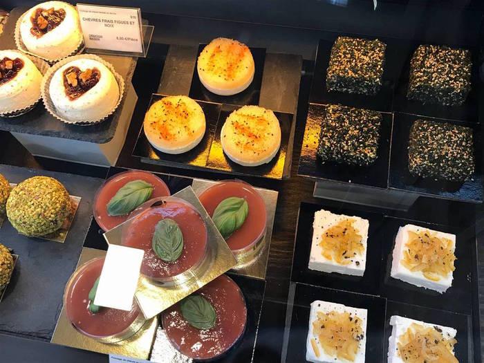 チーズ屋さんの店頭のショーウィンドーにはお菓子のような可愛チーズがいっぱい