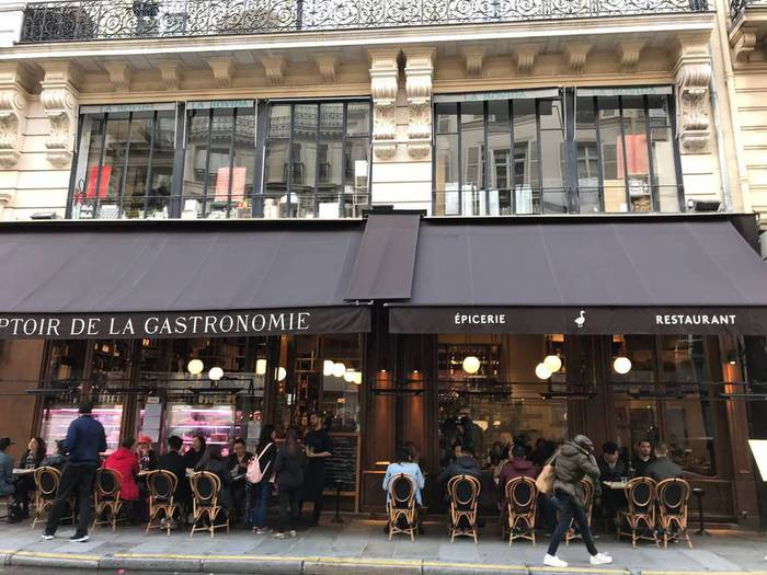 ガストロノミーの人気点。レアルにある有名店の並びには調理器具の専門店が。