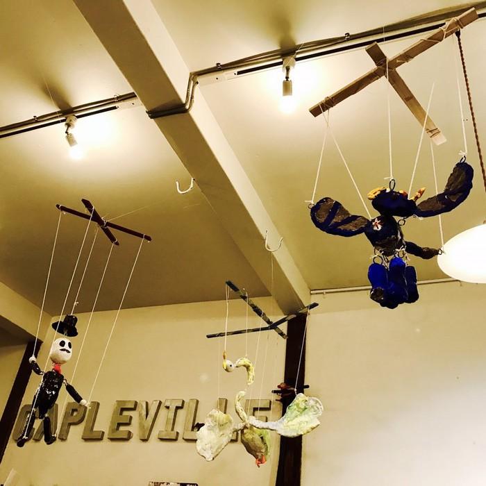 文京区千駄木のケープルヴィルの1Fのカフェの高い天井からつるされたアート作品
