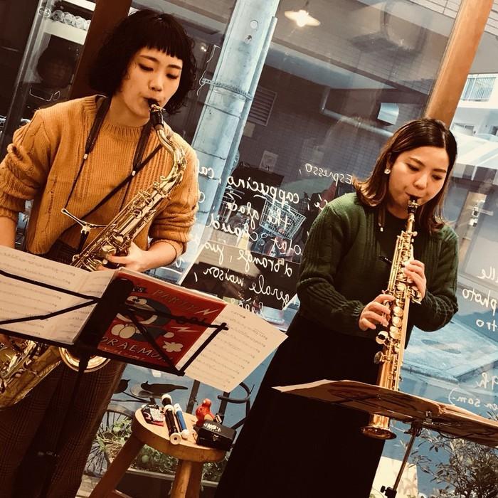 東京都・文京区千駄木の隠れ家古民家カフェ&写真館でライブがありました。お客さんが満席になって満員御礼の音楽会スタートです。