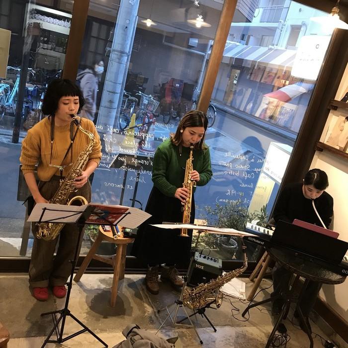アルトサックス、ソプラノサックス、鍵盤の三人の演奏
