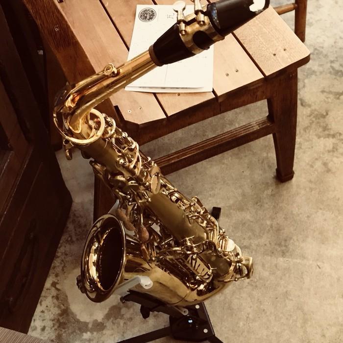 楽器、サクソフォンが置かれるとお店の雰囲気が格好良く。