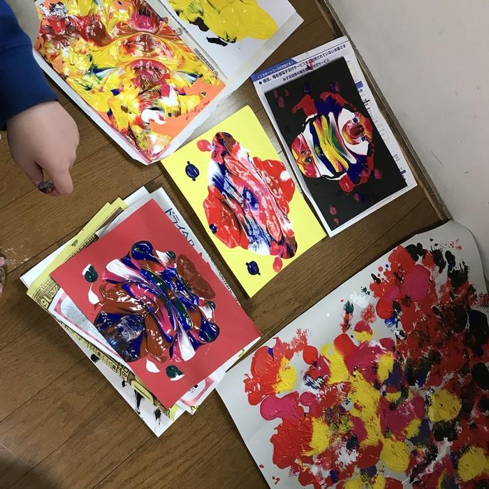子供達の作るカラフルなアート作品。元気がいっぱいのアートクラス。