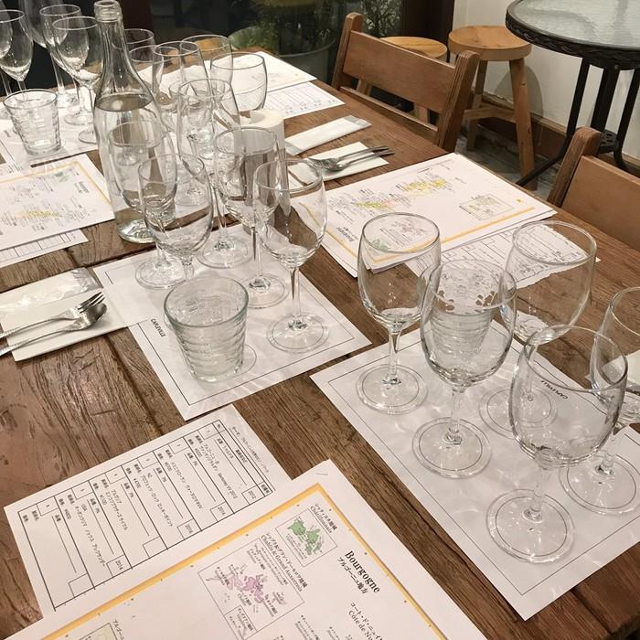 ワインの産地やぶどう品種の説明をケープルヴィルのソムリエが丁寧に解説