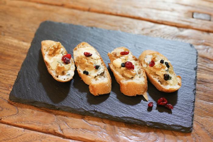 チーズを使ったお料理がチーズ好きに人気の古民家隠れ家カフェ、千駄木ケープルヴィルのおつまみとワイン。